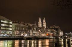 与利马特河河的Grossmünster在夜之前 库存照片