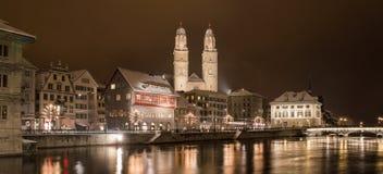 与利马特河河的Grossmünster在夜之前 免版税库存照片
