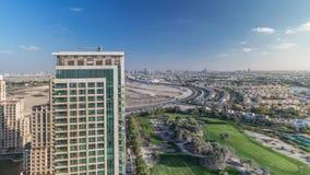 与别墅、房子和高尔夫球场timelapse的绿色区空中paniramic视图 股票视频