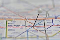 与别针的伦敦地铁地图在牛津马戏驻地 库存照片