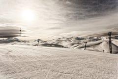 与刮风的天气的滑雪中心 免版税库存照片