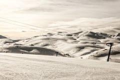 与刮风的天气的滑雪中心 免版税图库摄影