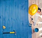 与刷子、油漆、工具和盔甲的蓝色木地板 免版税库存照片