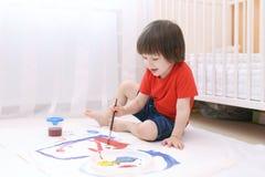 与刷子和树胶水彩画颜料的小的可爱的儿童油漆 图库摄影