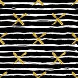 与刷子条纹和十字架的现代无缝的样式 白色,在黑背景的金子金属颜色 金黄的闪烁 免版税库存图片