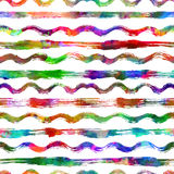 与刷子条纹和波浪的无缝的样式 在白色背景的彩虹颜色 手画农庄纹理 墨水 免版税库存图片