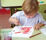 与刷子的儿童绘画 免版税库存图片