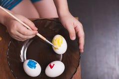 绘画与刷子的复活节彩蛋, 库存图片