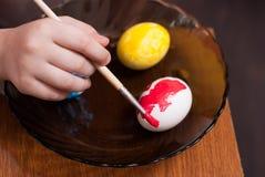 绘画与刷子的复活节彩蛋, 库存照片