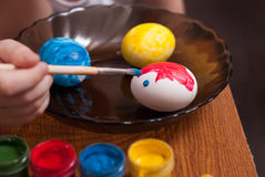 绘画与刷子的复活节彩蛋, 免版税图库摄影