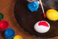 绘画与刷子的复活节彩蛋, 免版税库存照片