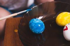 绘画与刷子的复活节彩蛋, 免版税库存图片