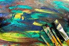 与刷子的明亮的抽象油漆图画背景顶视图纹理 免版税库存照片
