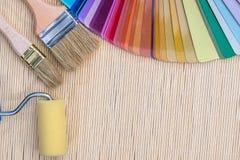 与刷子的颜色样品在竹席子 免版税库存图片