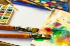 与刷子的水彩油漆和在白皮书b的溢出的油漆 库存图片