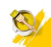 与刷子的黄色油漆锡罐 库存照片