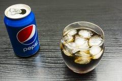 与刷新的软饮料百事可乐的玻璃与在的冰块 免版税库存图片
