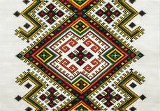 与刺绣的背景在亚麻制发怒不同的颜色 免版税库存照片