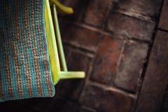 与刺绣的黄色木椅子 免版税库存图片