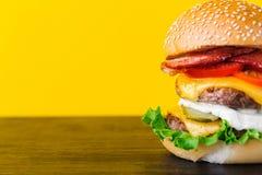与剁的明亮的水多的开胃汉堡,乳酪,用了卤汁泡古芝 免版税库存照片