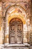 与削皮油漆层数的门道入口  免版税库存图片