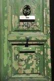 脏的绿色门 库存图片