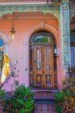 与削皮油漆的老门 库存图片