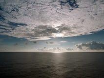 与前进的云彩的海景 免版税库存照片
