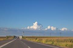 与前面卡车卡车的国家两线路 免版税库存照片