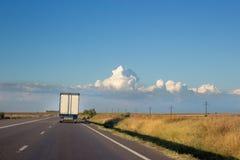 与前面卡车卡车的国家两线路 免版税库存图片