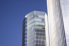与前面蓝色玻璃窗墙壁的蓝色公司大厦 库存照片