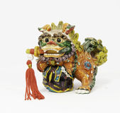 与剑的陶瓷中国狮子 免版税库存图片