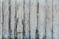 与剥落白色油漆的垂直的木板条 背景,纹理 免版税库存图片