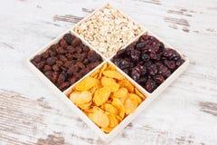 与剥落的健康滋补干果子当来源维生素、碳水化合物和饮食纤维 库存图片
