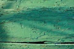 与剥落的油漆的老绿色木小船船身 免版税图库摄影