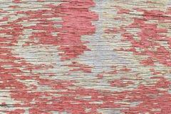 与剥落的红色油漆的被风化的胶合板 免版税库存照片