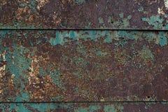 与剥蓝色油漆的老生锈的金属板 库存图片