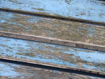 与剥蓝色油漆的脏的长凳板条 库存图片