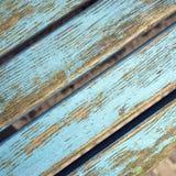 与剥蓝色油漆的脏的长凳板条 免版税库存照片