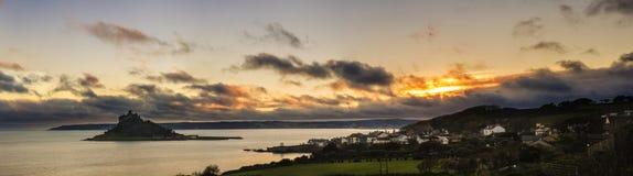 与剧烈的云彩圣迈克尔` s登上的美好的日落 库存照片