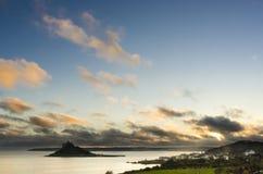 与剧烈的云彩圣迈克尔` s登上的美好的日落 库存图片