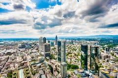与剧烈的云彩的法兰克福地平线,黑森,德国 免版税库存照片