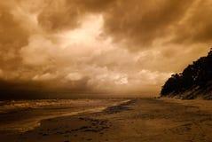 与剧烈的云彩的海海滩 红外图象 免版税库存图片
