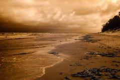 与剧烈的云彩的海海滩 红外图象 库存图片