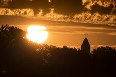 与剧烈的云彩的美好的日出在小镇农村美国 库存图片