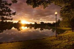 与剧烈的云彩的美好的日出在小镇农村美国 库存照片