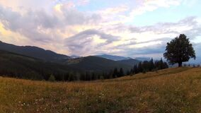 与剧烈的多云天空和山脉的美好的乡下风景 股票视频