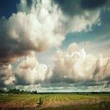 与剧烈的多云天空的空的国家风景 免版税库存照片