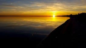 与剧烈的天空的美丽的海日落海滩 免版税库存图片