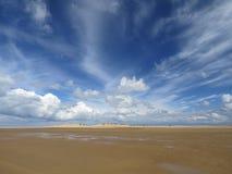与剧烈的天空的离开的海滩 库存照片
